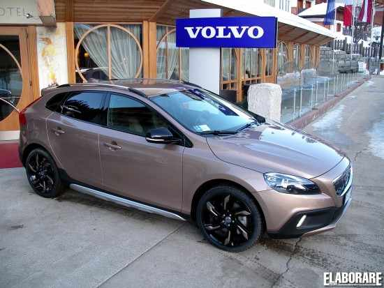 la volvo v40 cross country la regina dei social network elaborare 4x4. Black Bedroom Furniture Sets. Home Design Ideas